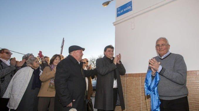 El alcalde y el párroco de la Iglesia Virgen de de Belén tras descubrir la placa de la calle Pilar Marín
