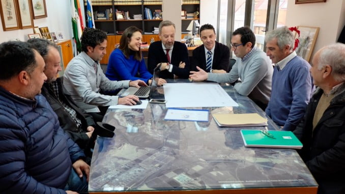 El Ayuntamiento presenta al al Club Atlético Onubense la remodelación del campo de fútbol de El Torrejón