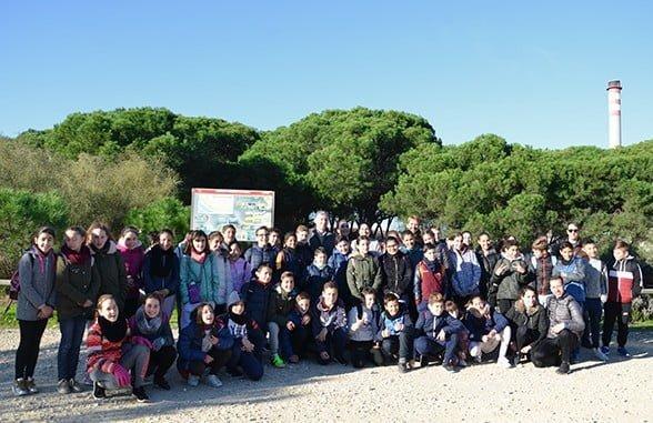 Un grupo de alumnos con profesores posan al comienzo de la visita a la Laguna Primera de Palos
