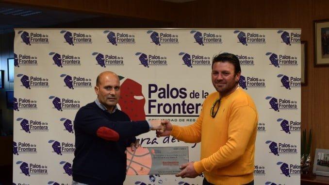 La Comunidad de Regantes de Palos entrega el cheque al Club de Baloncesto