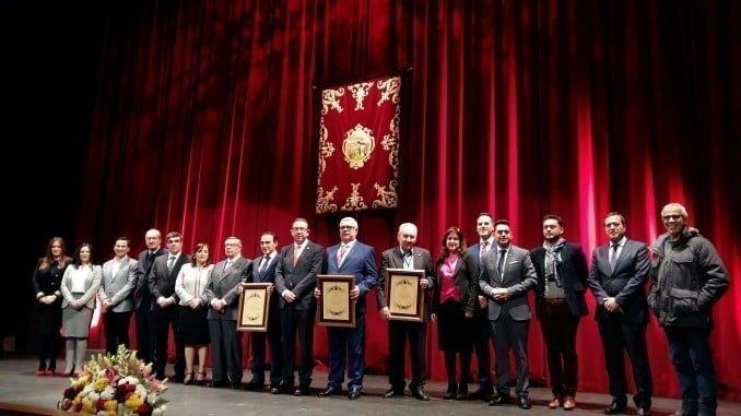 El alcalde de Aracena junto a los premiados en el acto de entrega de las Medallas de la Ciudad