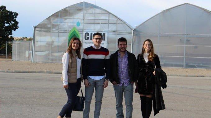 """Los participantes en la 3ª edición del programa """"Junior Talent GAC"""" en una visita formativa al Centro de Innovación Agronómica del grupo en Montserrat (Valencia) esta semana"""