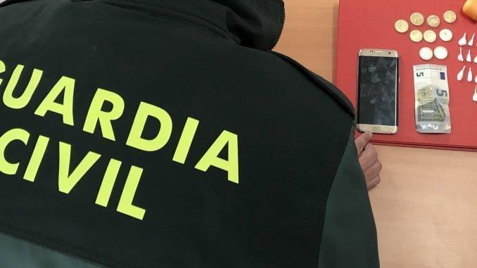 Además de la droga, al detenido también se le ha intervenido un teléfono móvil
