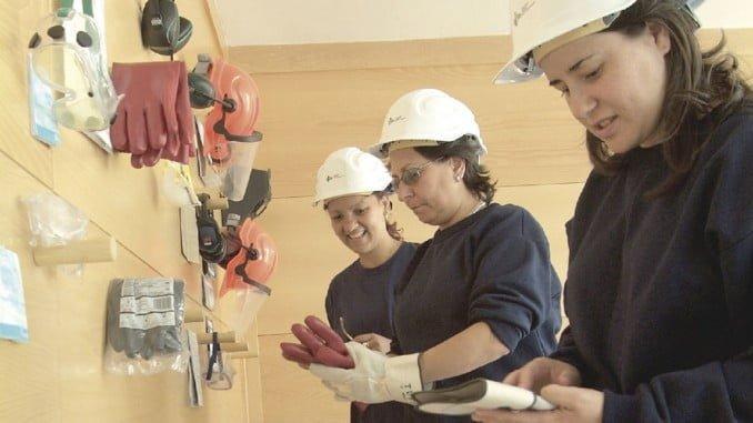 Las provincias con mayor nivel de desempleo dentro del colectivo femenino son Badajoz con un 34,3%, seguida de Cádiz (33,9%), Ceuta (33,5%) y Córdoba (33,3%)