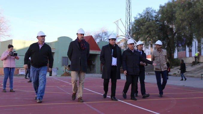El alcalde en su visita a las obras en las pistas deportivas de La Orden