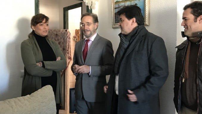 El consejero de Vivienda y el alcalde de Huelva visitan una de las casas rehabilitadas en La Orden