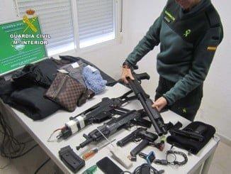 Entre los objetos intervenidos a los ladrones, figuran armas simuladas