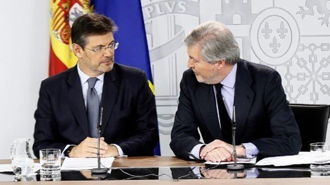 El ministro de Educación, Cultura y Deporte y portavoz del Gobierno, Íñigo Méndez de Vigo, y el ministro de Justicia, Rafael Catalá, durante la rueda de prensa posterior al Consejo de Ministros