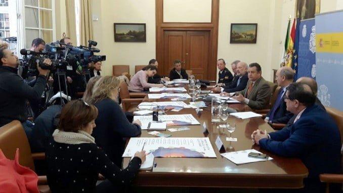 El delegado, junto a mandos policiales y a representantes de MAPFRE, presenta el nuevo material didáctico