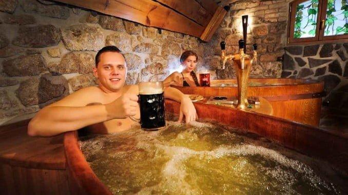 Los baños de cerveza contienen ingredientes procedentes de la propia elaboración de la cerveza, levadura de cerveza, lúpulo y cebada