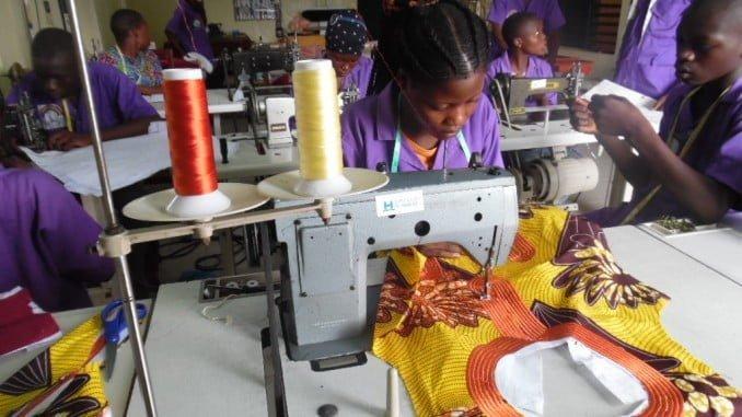 Taller de costura para niños de la calle en Benín