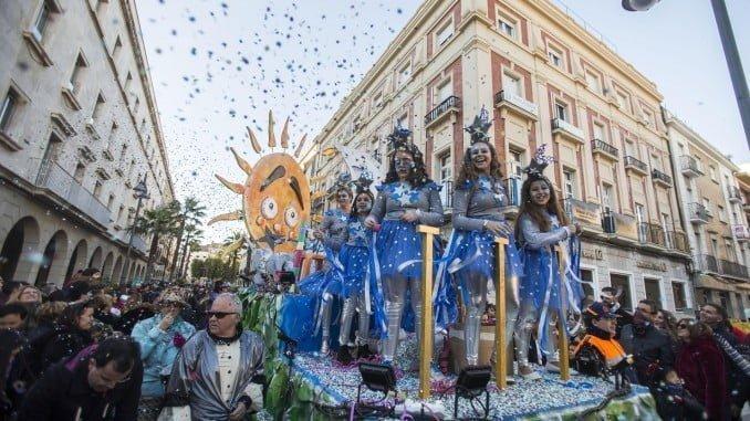 La Cabalgata del Carnaval Colombino en su recorrido por las calles de Huelva