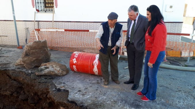 El delegado de la Junta en Huelva y la alcaldesa de Paymogo visitan las obras