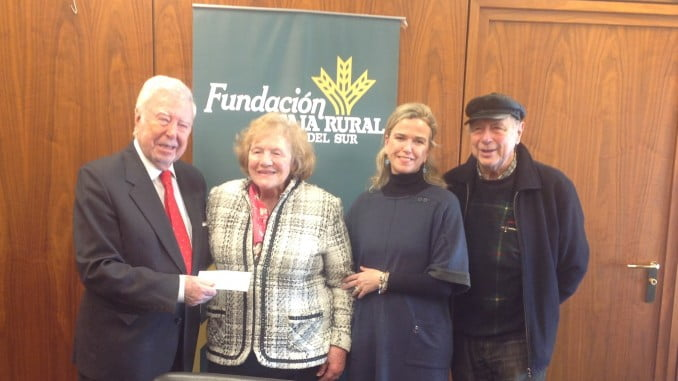 El presidente de la Fundación Caja Rural del Sur entrega el talón con lo recaudado por el Taller de Pintura de Arteterapia para ASPACEHU