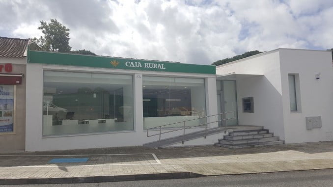 En la imagen, la fachada de la nueva oficina de Caja Rural del Sur en Minas de Riotinto, que abrirá el próximo lunes.