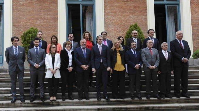 El ministro de Fomento, Iñigo de la Serna, con los consejeros de las comunidades autónomas y de las ciudades autónomas de Ceuta y Melilla que han participado en la primera conferencia sectorial