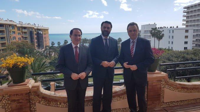 Francisco Javier Fernández, acompañado por el presidente de la Confederación de Empresarios de Andalucía (CEA), Javier González de Lara, y el alcalde de Torremolinos, José Ortiz