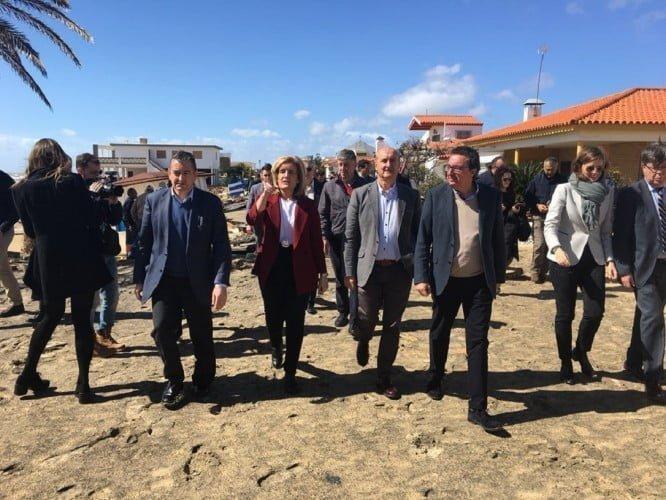 La ministra Fátima Báñez visitando los daños ocasionados por el temporal en La Antilla e Islantilla