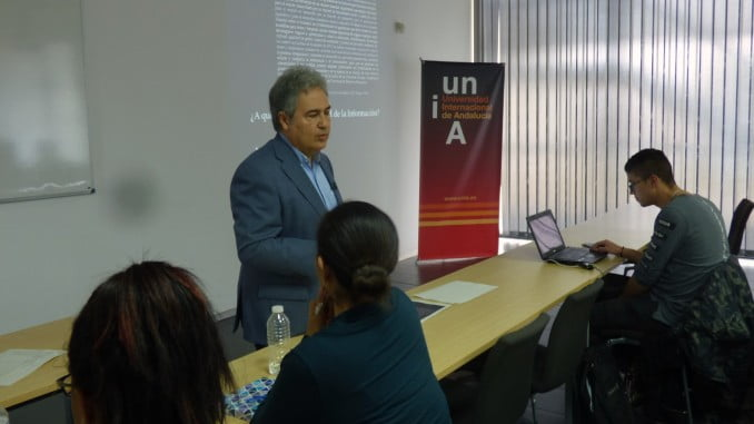 El catedrático de Periodismo Juan Antonio García Galindo imparte una clase magistral en la UNIA