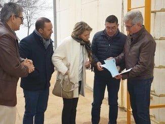 El director ejecutivo de Giahsa explica a la alcaldesa el proyecto para San Silvestre