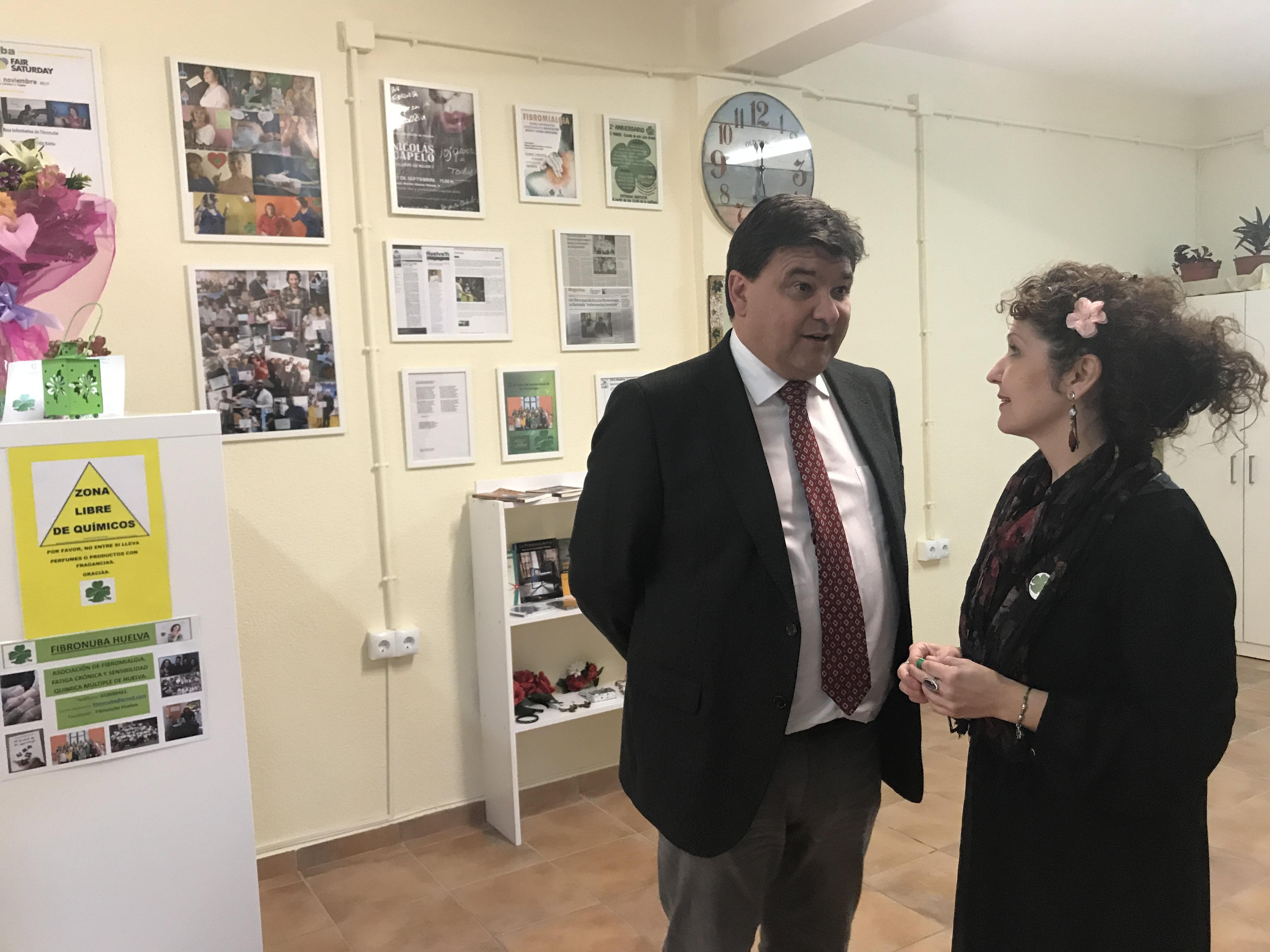 La presidenta de FibrOnuba conversa con el alcalde de Huelva