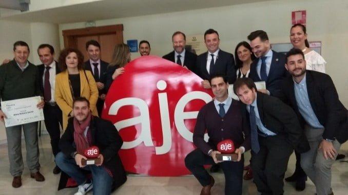 Los premiados en esta edición de AJE posan junto a los accesits e integrantes de la asociación y FOE