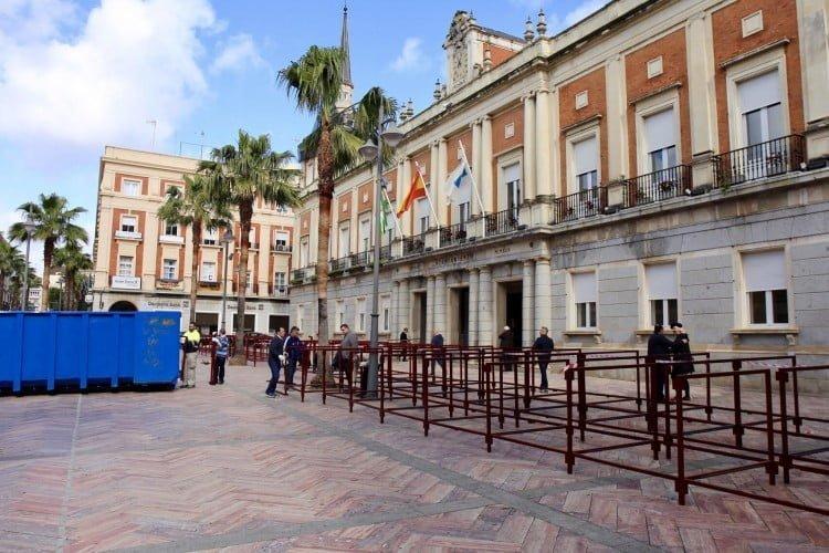 Montaje de palcos de Semana Santa en la plaza de la Constitución