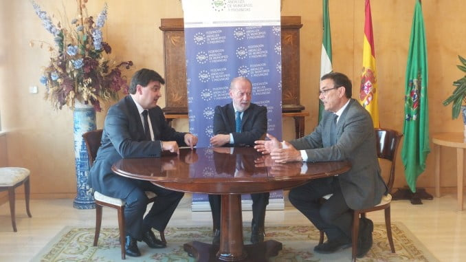 El presidente de la Diputación y el alcalde de Huelva junto al presidente de la FAMP