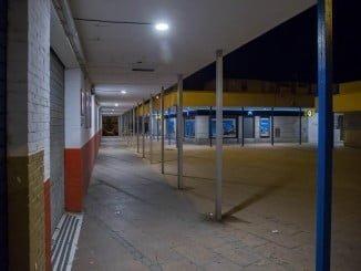 Nueva iluminación en los soportales de la barriada de La Hispanidad