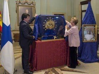 Gabriel Cruz y Ángela Ortega descubren la nueva corona de la Virgen del Prado