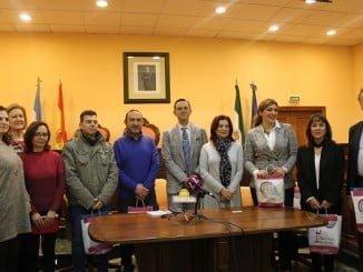 Representantes de Apimad de Valverde del Camino, de visita en Lucena (Córdoba) para estrechar lazos con sus homólogos cordobeses