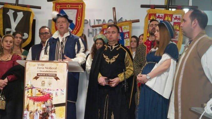 El alcalde de Palos, ataviado con ropa de la época, presenta la Feria Medieval del Descubrimiento
