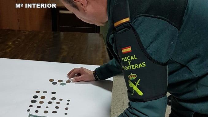 Un agente de la Guardia Civil con los objetos intervenidos que pertenecen al Patrimonio Histórico
