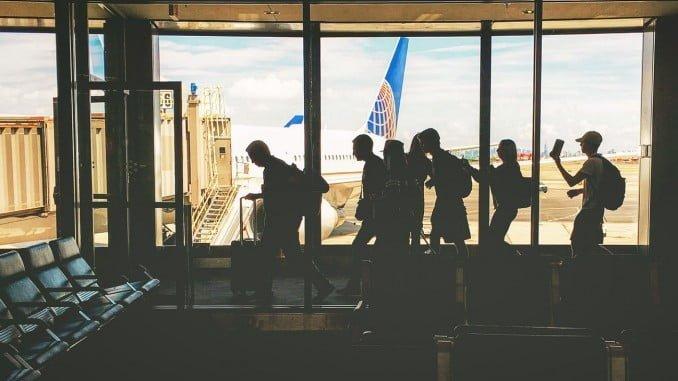 FACUA aconseja a los pasajeros que no están recibiendo la debida asistencia por parte de las aerolíneas que reclamen a las compañías y denuncien ante la Agencia Estatal de Seguridad Aérea (AESA) del Ministerio de Fomento