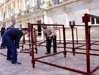 Operarios instalan los palcos para esta Semana Santa