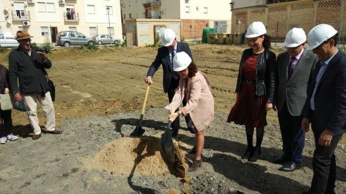 La viceconsejera de Salud coloca la primera piedra del centro de salud de Gibraleón