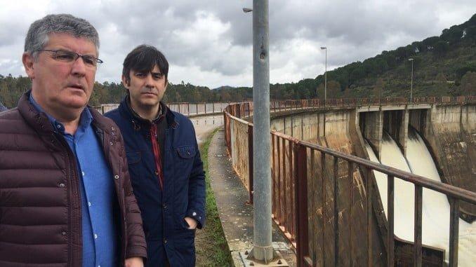 El delegado de Medio Ambiente en la presa de Sotiel Olivargas