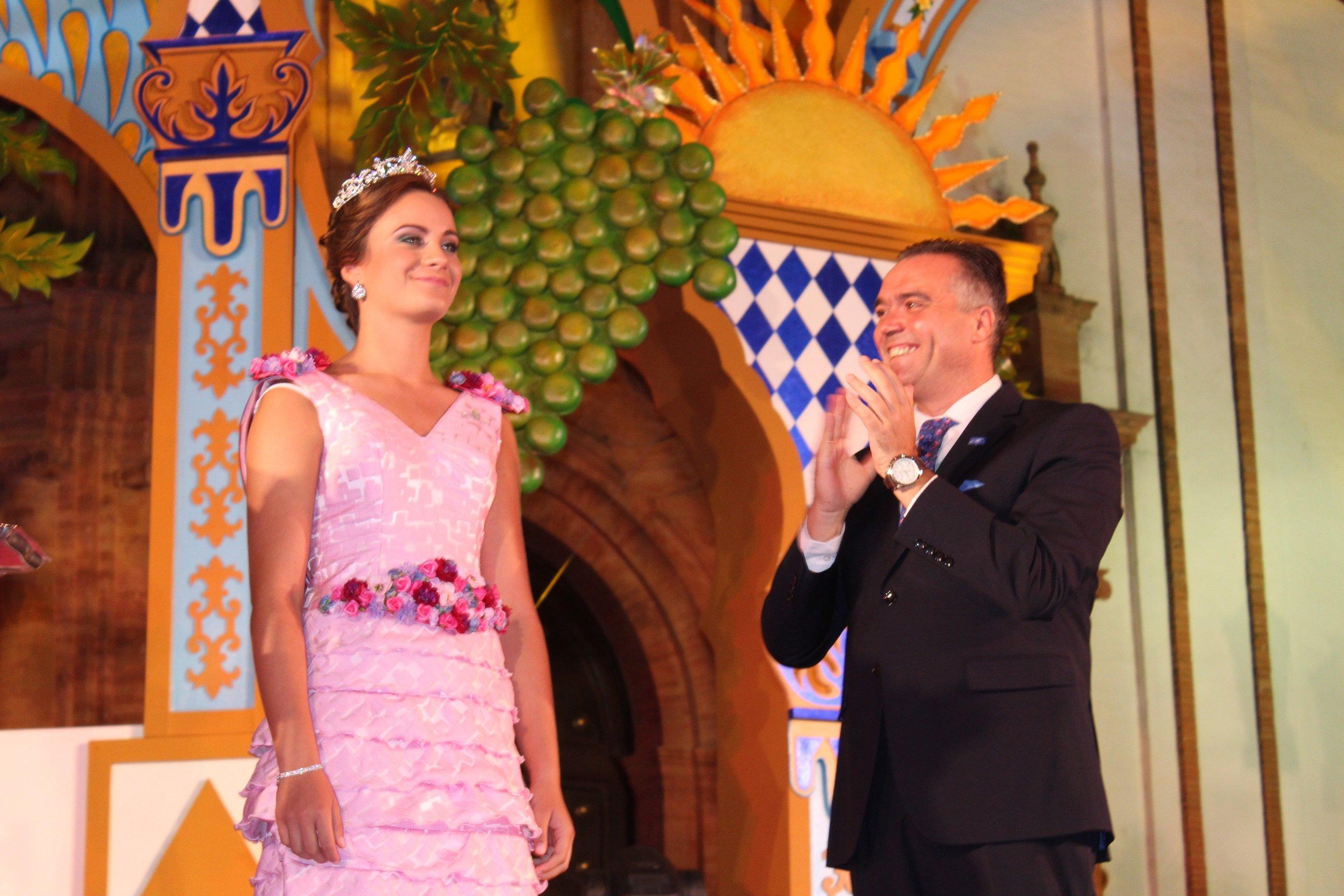 Alcalde corona a la Reina de las Fiestas 16