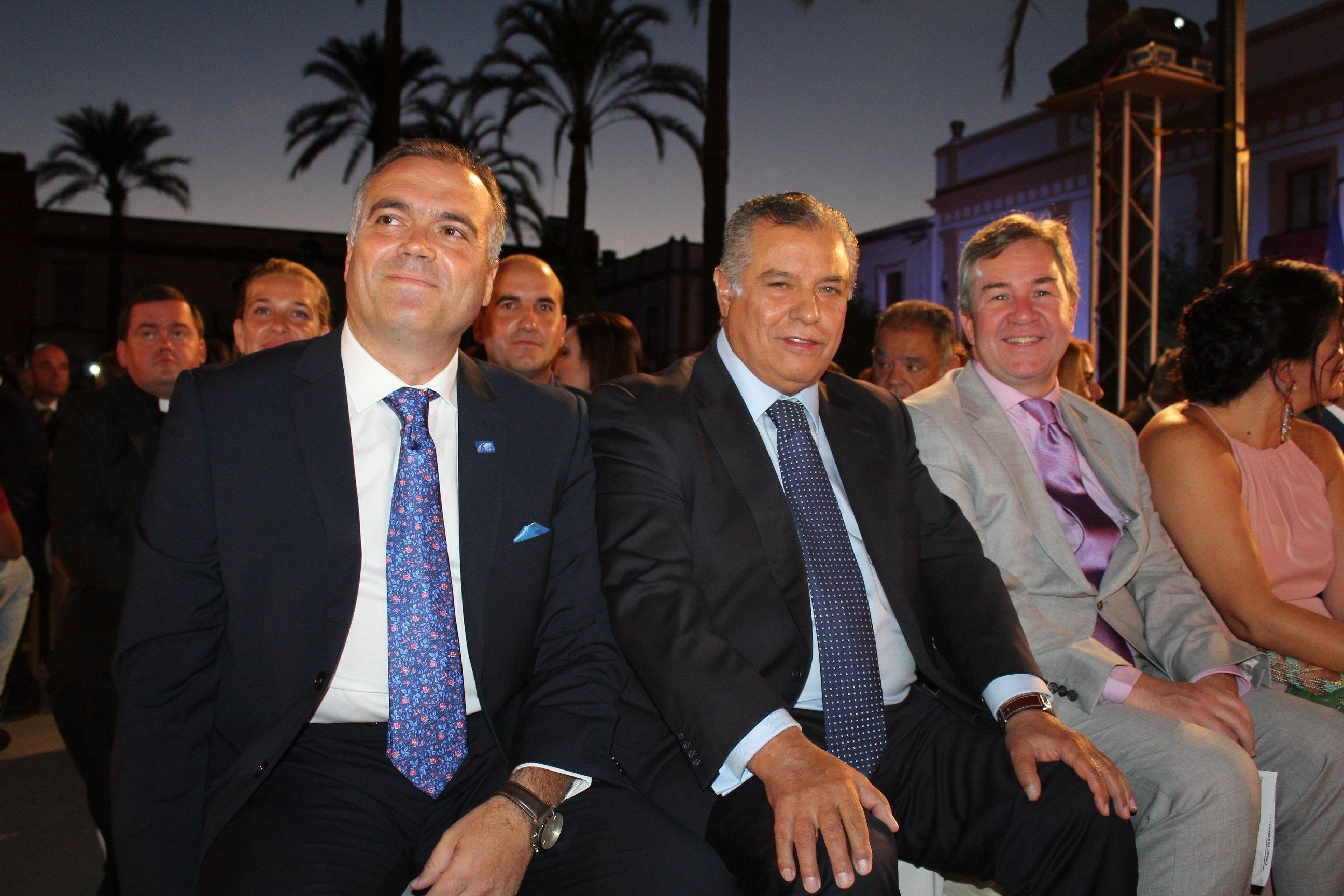 M García Félix, Bartolomé Beltrán y Miguel A. Valero antes del comienzo del acto