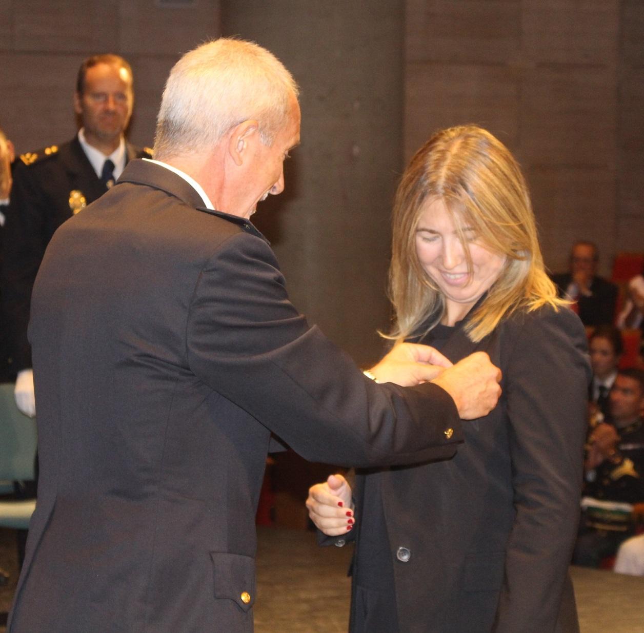 20161003 Día Policía Nacional comisario condecora a delegada Fiscalía Antidroga