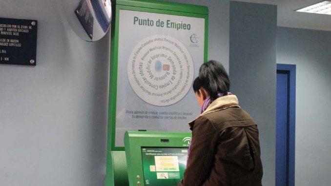 El Ayuntamiento de Huelva instala un punto de empleo en el Centro de Inserión Sociolaboral de Los Rosales que permite, entre otros trámites, renovar la tarjeta de demanda de empleo