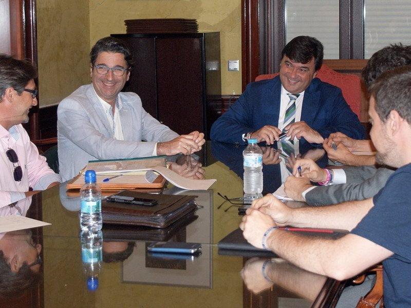El alcalde de Huelva adquirió en su reunión con una representación de los aficionados un compromiso muy importante para salvar al Recre.