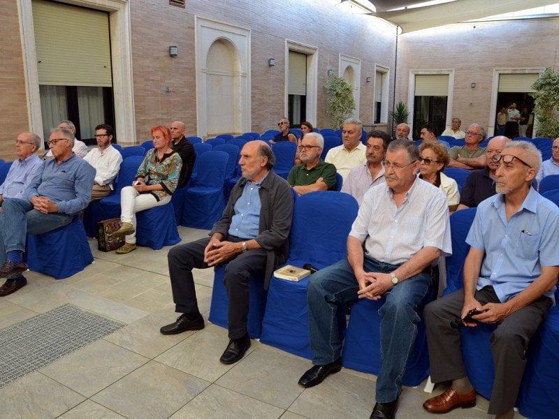 El público asistió atento a la presentación del libro de Jesús Arcensio