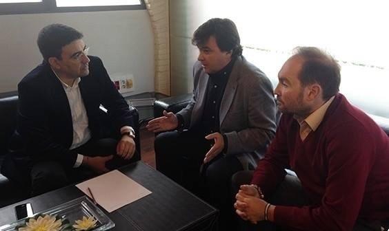 El alcalde Gabriel Cruz y el concejal Pepe Fernández mantuvieron una reunión con el empresario, Jesús León, del que se habla puede estar interesado en comprar el Recre.