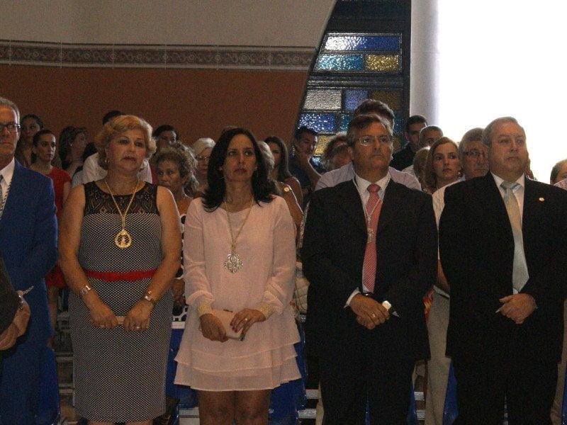 Autoridades de Ayamonte y representantes de la Pro Hermandad y del Consejo, durante la misa