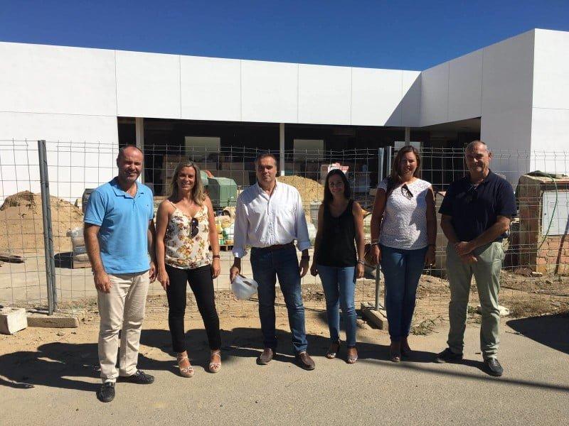 Miembros de la Corporación Municipal visitan las obras del futuro tanatorio de La Palma del Condado