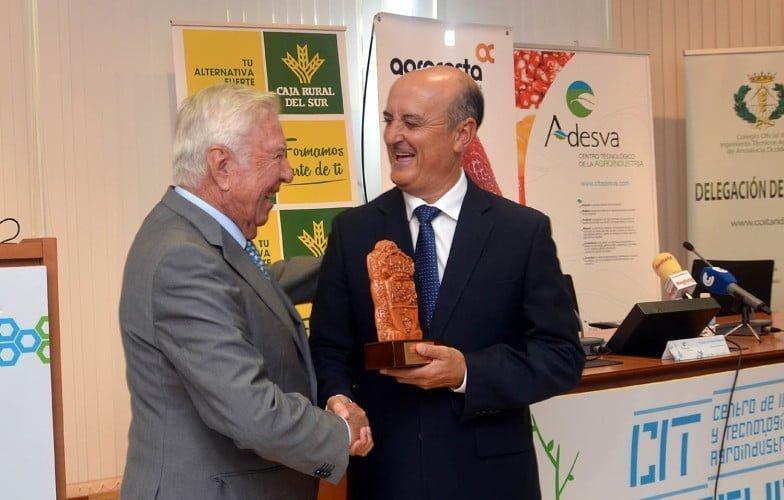 El alcalde de Lepe entrega a José Luis García Palacios la distinción por la colaboración de Caja Rural del Sur y su Fundación con Agrocosta desde su nacimiento en 1988.