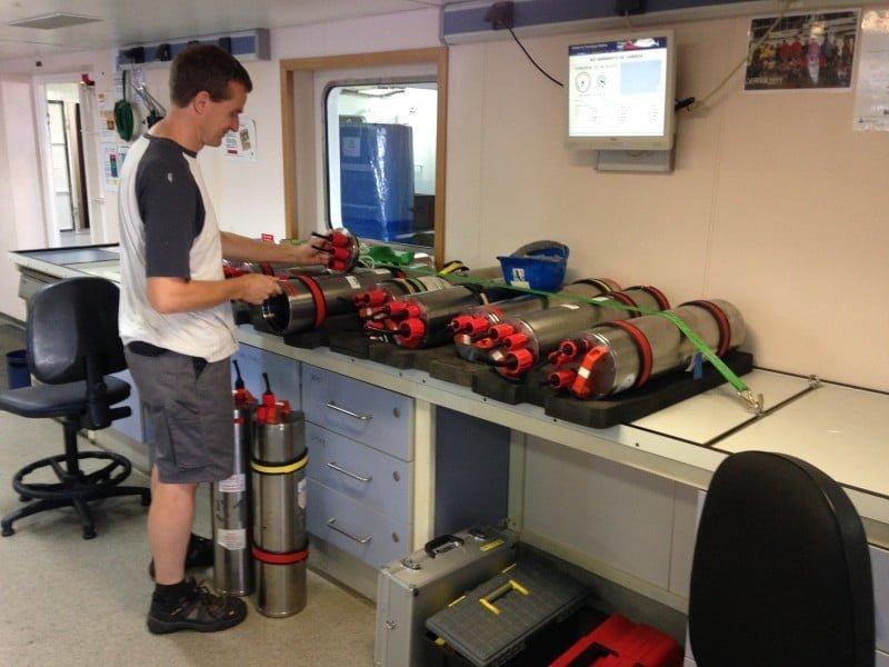 El investigador Ingo Grevemeyer (IFM-GEOMAR, Alemania) en el laboratorio del buque oceanográfico Sarmiento de Gamboa preparando las unidades de registro que van conectados al sismómetro