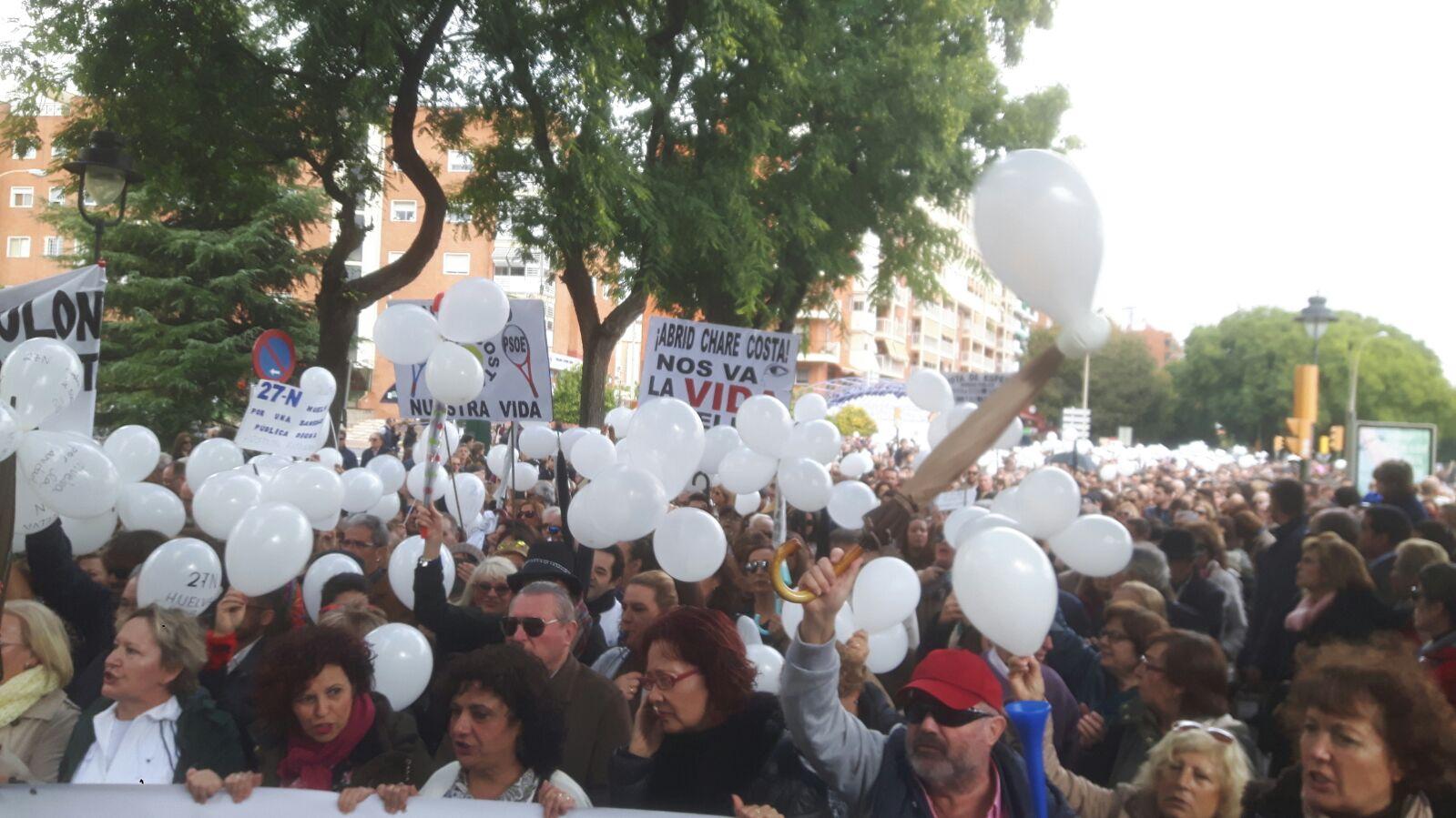 Masiva presencia en la manifestación en defensa de una mejor sanidad en Huelva.