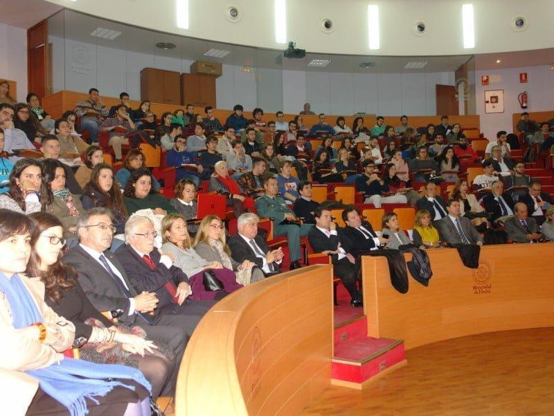 La conferencia despierta el interés del colectivo universitario